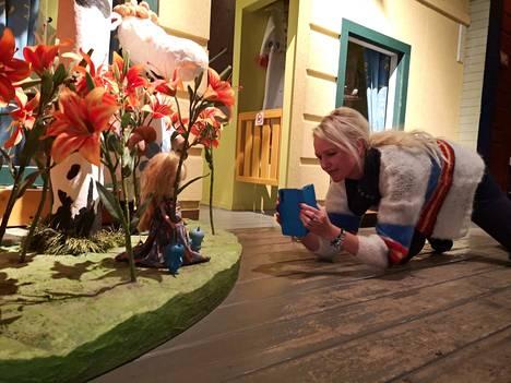 Katriina Heljakka halusi muun muassa kuulla ihmisten tarinoita leluistaan. Hän itse kuljettaa mukanaan pieniä sinisiä jäälepakkohahmoja sekä Lola-nukkea  ja kuvailee niitä eri paikoissa.