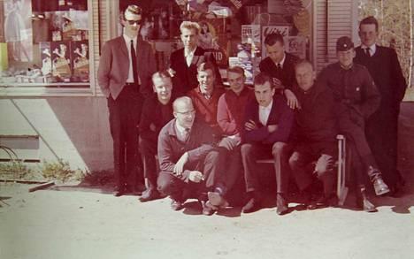 Palokunnan kioskilla yleensä hengaillut porukka pääsi kuvaan Osuuskaupan edessä Koskenmäessä vuonna 1963 tai 1964. Kuvassa vasemmalta: Raimo Snellman, Pekka Thilgren, Heikki Kulonen, Tapio Silfsten, Tapio Jalava, Raimo Lahtinen, Ossi Virtanen, Veikko Vahlsten, Mikko Salo, Pekka Lamminsivu ja Rainer Lamminsivu.