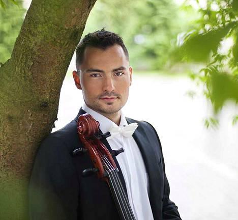 Sakari Kivinen toimii sellonsoiton lehtorin viransijaisena Kankaanpään musiikkiopistossa. Tiistaina hän konsertoi kaupunginmuseolla Hörhiäisviikon konsertissa yhdessä huilunsoiton lehtorin Maisa Pasilan kanssa.