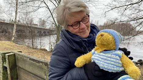 Mirjami Kaaja on asunut Sastamalassa viitisen vuotta. Kuvan pehmonallen hän sai pian tyttärensä kuoleman jälkeen lohdutukseksi ystävältään. Nallen nappisilmät tuovat mieleen tyttären iloisen katseen.