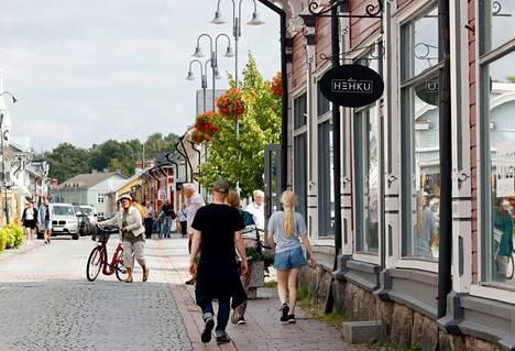 Ihmisiä Bar Hehkun edustalla Raumalla Torstaina 29. heinäkuuta.
