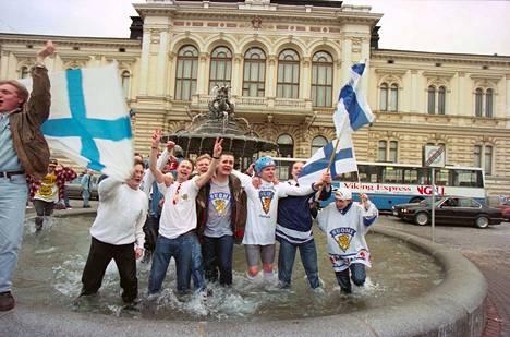 Vuonna 1995 torijuhlat käynnistyivät kirkkaassa päivänvalossa, sillä finaali Tukholmassa alkoi jo kello 15. Suomi voitti Ruotsin 4–1.