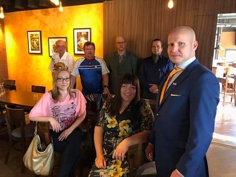 Perussuomalaiset ottivat vaalitulosta vastaan ravintola Peppersissä Nokialla. Matti Salin (edustalla) sanoi puolueen edistäneen asioita muun muassa somessa.