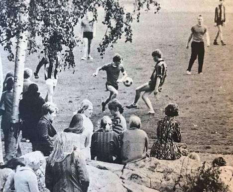 Kauppaoppilaitoksen opiskelijat kohtasivat jalkapallo-ottelussa.