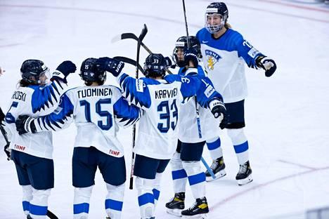 Suomi kaatoi Sveitsin selvin lukemin naisten MM-jäillä Kanadassa torstaina.