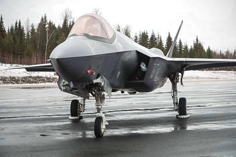 Lockheed Martin F-35A -häivehävittäjä esiteltiin tiedotusvälineille Tampere-Pirkkalassa maanantaina.