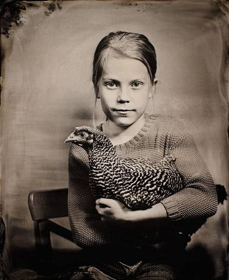 Tytön ja kanan kuvaaminen oli Sinkkosille yksi mieleenpainuvimmista hetkistä märkälevy-kollodion -kuvaamisen parissa.