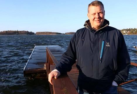 Kalastaja Jarno Aaltonen on huolissaan runsastuneesta merimetsokannasta Raumalla. Merimetso on tiukasti suojeltu lintu. Merimetsot ovat Aaltosen mukaan Raumalla jo vain 3,5 kilometrin etäisyydellä torilta.