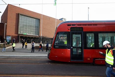 Liikenteenvalvojat seurasivat kävelyvauhtia kulkenutta uutta raitiovaunua.