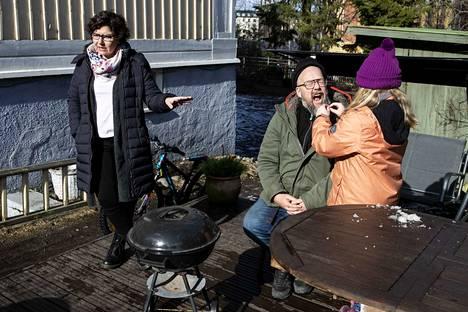 Tampereen Pyynikillä asuvat Jenni Pere ja Tuomas Pere ovat vetäneet rajoja uusperheen teini-ikäisten vierailuille koronavirusepidemian vuoksi. Perheen kuopus Ronja Pere taitaa isänsä hauskuuttamisen kaikkina aikoina.