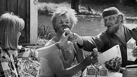 Elisabeth Turhapuro, Uuno Turhapuro ja Härski Hartikainen eli Marjatta Raita, Vesa-Matti Loiri ja Spede Pasanen Lottovoittaja UKK Turhapuro -elokuvassa vuonna 1976.