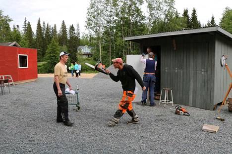 Suurisuinen poikamies Immu (Jari Kujansuu) joutuu tukkanuottasille kylähullun taiteilija Ruupensin (Oskari Lahti) kanssa.