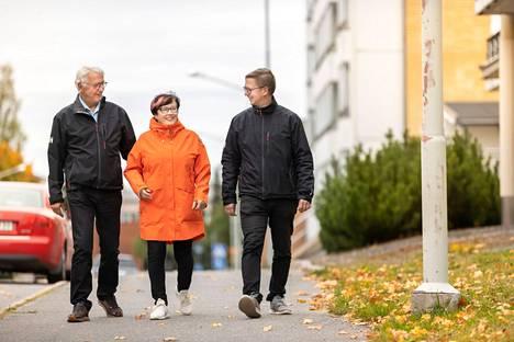 Jouko ja Maritta Uusitalo sekä Juhani Tuori nauttivat siitä, että Kankaanpään keskustassa kaikki palvelut ovat helposti ja nopeasti saavutettavissa.