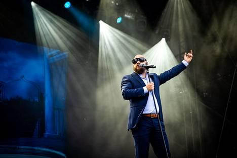Tammerfestin ensimmäinen esiintyjä Pyhimys avasi settinsä Vain elämää -ohjelmasta tutulla biisillä.