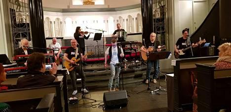 Heinäpää band Juankoskelta saapui Tampereelle Viinikan kirkkoon.
