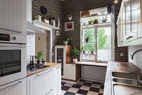 212-neliöinen koti on rakennettu vanhaan kyläkirkkoon. Keittiössä on kodikas tunnelma.