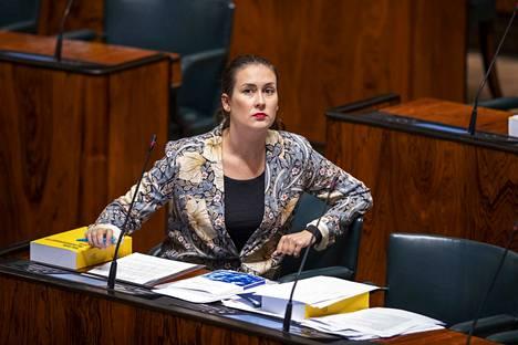 Sinisten kansanedustajalla Tiina Elovaaralla ei ole korkeakoulututkintoa, vaikka hän niin ilmoittaakin Ylen vaalikoneessa.