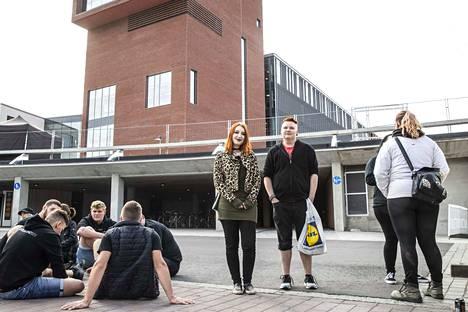 Kuopiolaiset Lotta Kontkanen ja Kristijan Alastalo tulivat Ratinaan odottamaan konserttia kuudelta aamulla.