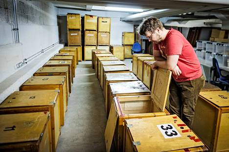 Vaaliuurnat odottavat kuntien keskusvaalilautakuntien varastoissa kuljetusta ennakkoäänestyspaikoille. Kuvassa Ilkka Lähteenmäki Turun kaupungin vaaliuurnavarastosta.