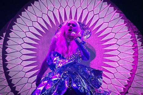 Christina Aguileran showssa riitti taustatanssijoita, valtavalta screeniltä annosteltuja visuaalisia efektejä, suoranaisen kitschin asteelle venytettyä pukuloistoa ja oikein ajoitettuja räjähdyksiä.