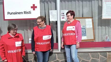 Terttu Laaksonen (vas.), Eija Saharinen ja Arja Airevuo Jämsän osaston tilojen edessä.