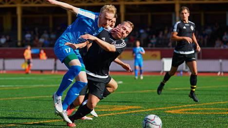 Jesse Oksanen (vas.) kasvatti Tampere Unitedin kovaa maalisaldoa kahdella osumalla ottelussa Kasper Halosen Peli-Poikia vastaan.