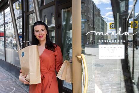 Mielan Ariela Perä-Rouhu kuljetti paketit kotiin äitienpäivänä. Kotiin vienti on ollut menestys. Voi olla, että sitä jatketaan koronan jälkeenkin.