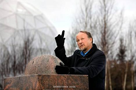 Tutkimusprofessori Markku Poutanen Maanmittauslaitoksen Paikkatietokeskuksesta kertoo, että kymmenen senttimetrin muutosta pyörimisakselissa ei voi juuri arjessa havaita.