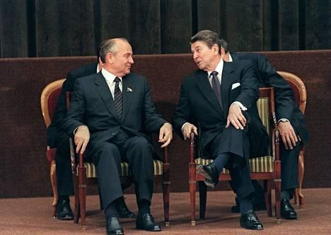 Bidenin ja Putinin tapaamiselta odotetaan korkeintaan lisää vakautta huonoihin suhteisiin. Mihail Gorbatshov ja Ronald Reagan (kuvassa) tapasivat Genevessä huomattavasti myönteisemmissä tunnelmissa keskellä kylmää sotaa.
