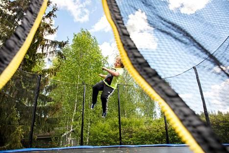 Nokialla asuva Väinö Vaarala aikoo viettää kesän kavereiden kanssa trampoliinilla pomppien.