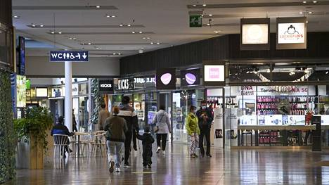 Asiakkaita kauppakeskus Skanssissa Turussa syyskuussa 2021.