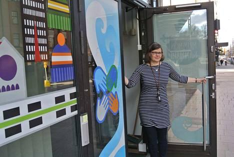 Soile Kukkonen on kuvassa Mummon Kammarin ovella. Hän järjestää ruokakassien kotiinkuljetusta. Mummon Kammarin tilan ovet on suljettu koronatilanteen vuoksi.