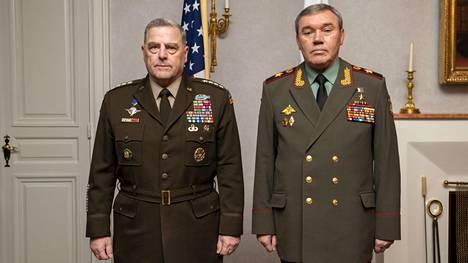 Yhdysvaltojen ja Venäjän asevoimien komentajat Mark Milleystä ja Valeri Gerasimovista poseerasivat keskiviikkona 22. syyskuuta vieretysten Helsingissä.