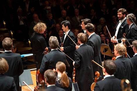 Santtu-Matias Rouvalin debyytti Berliinin filharmonikoiden johdossa on juuri päättynyt. On kiitosten aika.