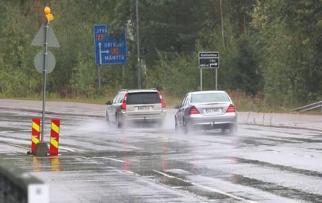 Urasyvyys on kosteilla syyskeleillä auton tärkeimpiä turvavarusteita. Vain noin kämmenen kokoinen alue renkaassa pitää auton kiinni tiessä. Urien tehtävänä on ohjata vesi renkaan ja tien välistä pois.