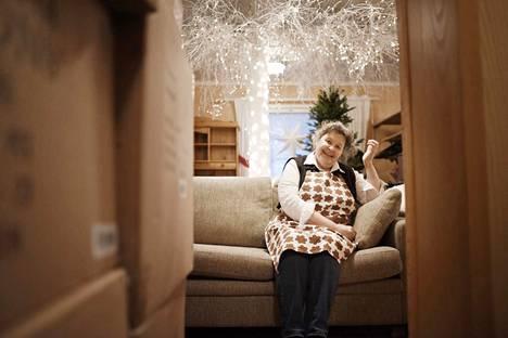 Ulla-Maija Tommila työskentelee Porin kaupungilla palkanlaskijana. Hän on useampana vuonna säästänyt kesälomapäiviään loppuvuoteen, jotta hän voi keskittyä Piparitalon rakentamiseen ja ylläpitämiseen.