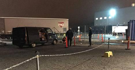 PAU:n Iltalehdelle välittämässä kuvassa näkyy kiinteistöhuoltoyrityksen työntekijä Liedon logistiikkakeskuksen aidan kimpussa. Paikalla on myös kaksi vartijalta näyttävää henkilöä.