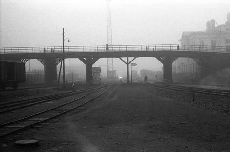Sumukuva Erkkilänsillasta on vuodelta 1969. Kuvaaja Erkki Raskinen odotti hetkeä, jolloin sillalla käveli ihmisiä.
