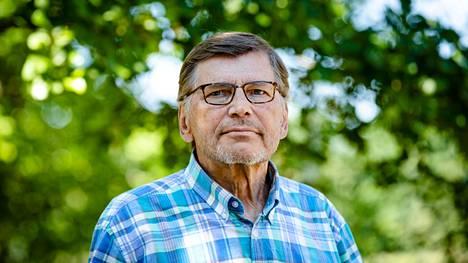 Tampereen yliopiston emeritusprofessori Markku Mäki kertoo, että niilläkin keliaakikoilla, jotka noudattavat tarkkaa gluteenitonta ruokavaliota, voi olla ohutsuolessa tulehdus ja limakalvovaurioita, ja he saattavat kärsiä suolioireista ja muista terveysongelmista. –Nyt kehitettävä lääke voi estää näiden oireiden ja vaurioiden synnyn. Edellytyksiä voi olla enempäänkin, tutkimus jatkuu, Mäki sanoo. Aamulehti kuvasi hänet Kangasalan Kuhmalahdella 29. kesäkuuta.