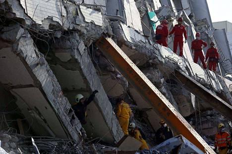 Taiwanin eteläosassa Tainanin kaupungissa yli sata ihmistä on yhä kateissa perjantai-iltana tapahtuneen maanjäristyksen jälkeen. Pelastustyöt heidän löytämisekseen jatkuvat.