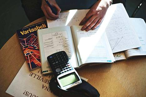 Abiturienttien helmikuuhun mahtuu niin työtä kuin huvia: kirjoitusten alku ja penkkarihumua.