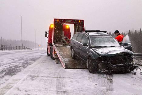Kun autoilija hidastaa vauhtia liukkaalla kelillä, hän saattaa törmätä toiseen ongelmaan. Perässä ajava kulkuneuvo ei tyydy rajoituksia hitaampaan vauhtiin vaan alkaa roikkua olemattomalla turvavälillä edessä ajavan perässä.