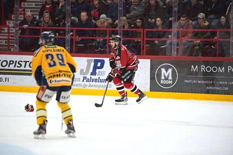 Antti Kerälä teki Ässien ensimmäisen maalin ylivoimalla.