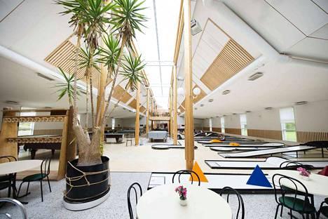 Kirjurinluodon pienoisgolfkeskukseen kuuluu paviljonki, jossa sijaitsee minigolfrata, biljardipöytiä ja pieni kahvila-ravintola keittiöineen.