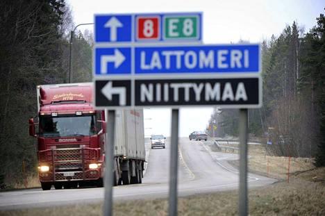 Osa autoilijoista valitsee valtatien 8 ajaessaan Turkuun.