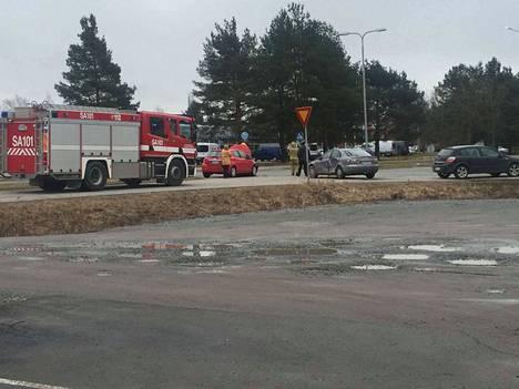 Henkilöautot törmäsivät Korjuuntien ja Pohjanmaantien risteyksessä Porissa.