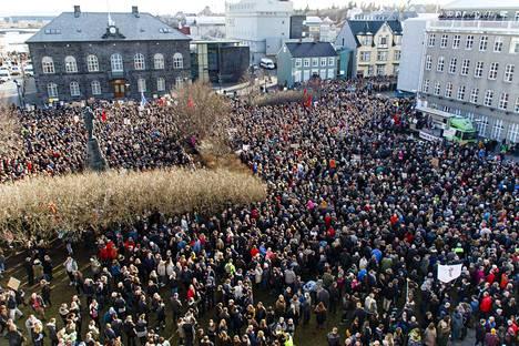Panama-skandaalin poikimia mielenosoituksia on ollut Islannissa useana päivänä peräkkäin. Kuva otettu Islannin parlamenttitalon edustalta Reykjavikissa viime maanantaina.