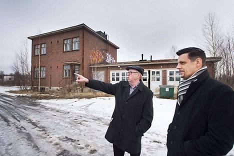 Hannu Honkasalo ja asuntomessujen projektipäällikkö Kari-Matti Haapala kiersivät keväällä messualuetta. Taka-alalla myyntiin tuleva suojeltu rakennus.