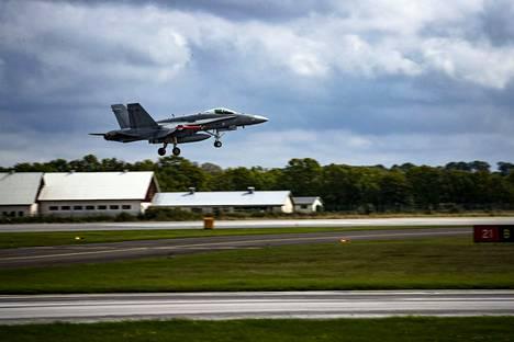 Suomen ilmavoimat osallistuivat sotaharjoitukseen yhdessä Ruotsin ilmavoimien kanssa Visbyssä Ruotsissa. Hornet laskeutuu.
