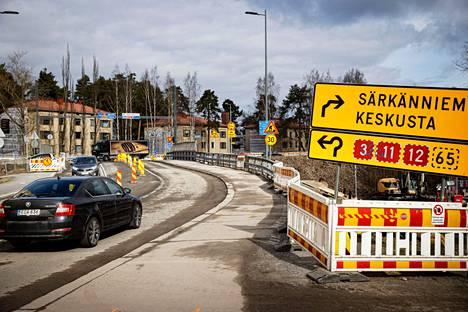 Sepänkadun sillan purkutöiden valmistelut näkyvät jo nyt Amurissa. Sepänkadun sulun myötä myös Sepänkadun ja Paasikivenkadun välinen kiertoliittymä poistuu käytöstä.
